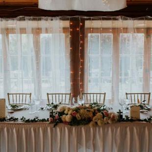 Kata és Maxime greenery esküvője a Petneházy Club Hotelben